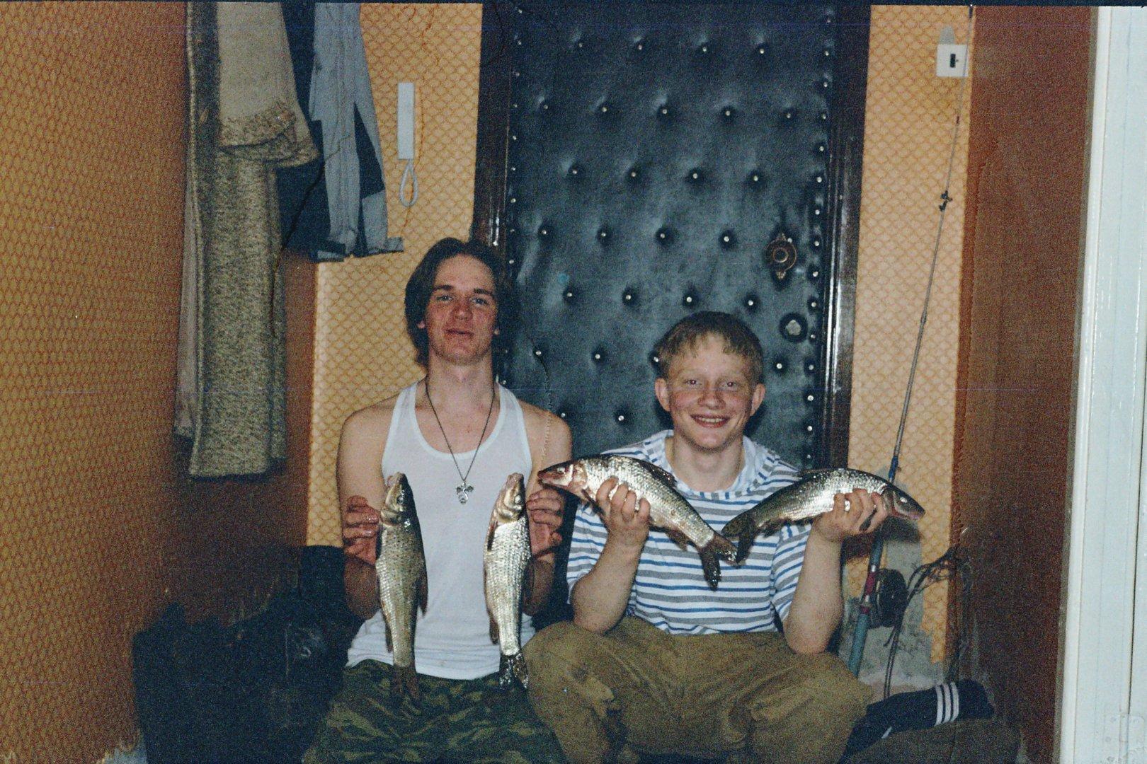 за город начал рыбак собираться. удочку взял чтобы рыбу ловить