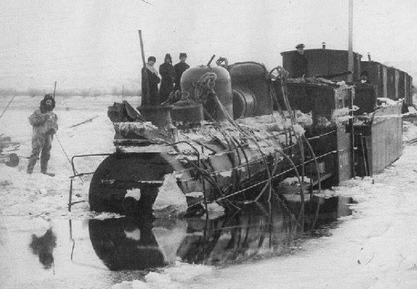 Временный переход паровоз ушел под воду 1890.jpg