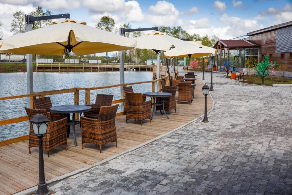 зонтики перед рестораном ЗС.jpg